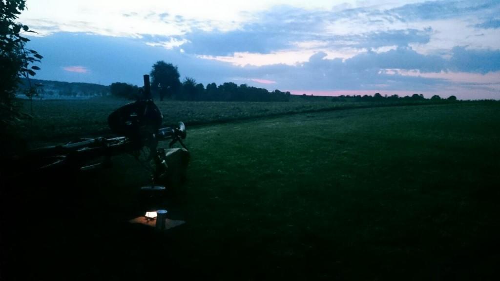 Frühstückskaffee mit Blick in den Sonnenaufgang (hinter den Wolken)