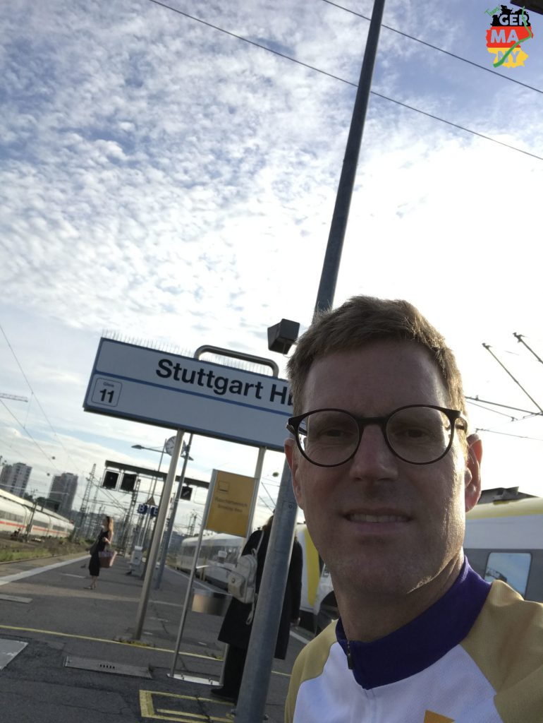 Bahnhof Stuttgart, warten auf den 7:59 nach Basel Badischer Bahnhof. So ganz wach sehe ich noch nicht aus.