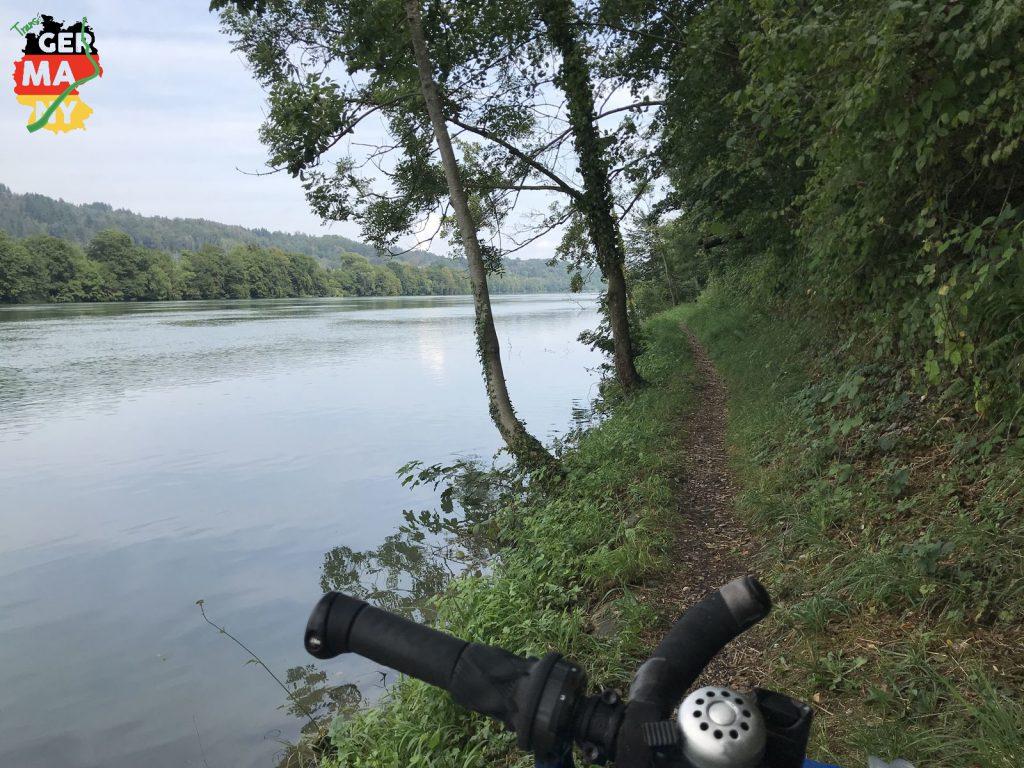 Rheinuferweg. Ein Schritt nach links und es wird nass.