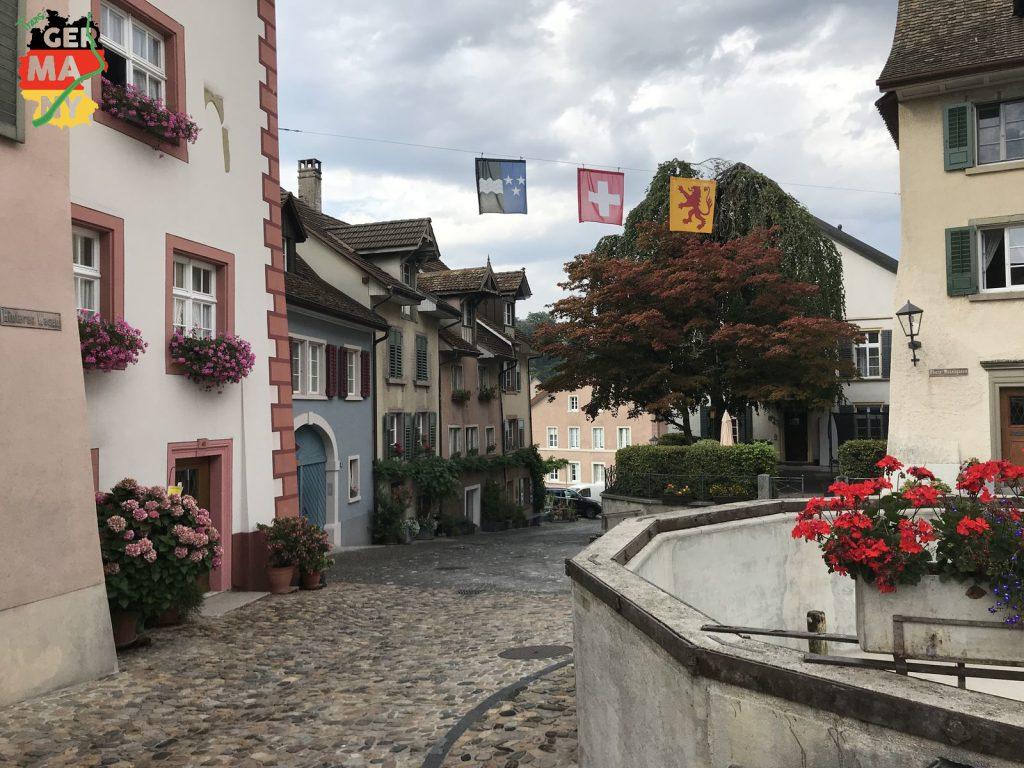 Regen-Pause in Laufenburg. Kaffee (warm), Kuchen (lecker), Strom (beruhigt), WLAN (Kartendownload). Beim Start wieder trocken.