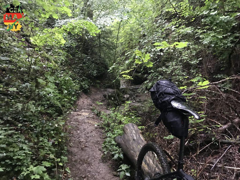 Nach Plattfuß in Eberfingen: Schmal, steil, rutschig, regnerisch.
