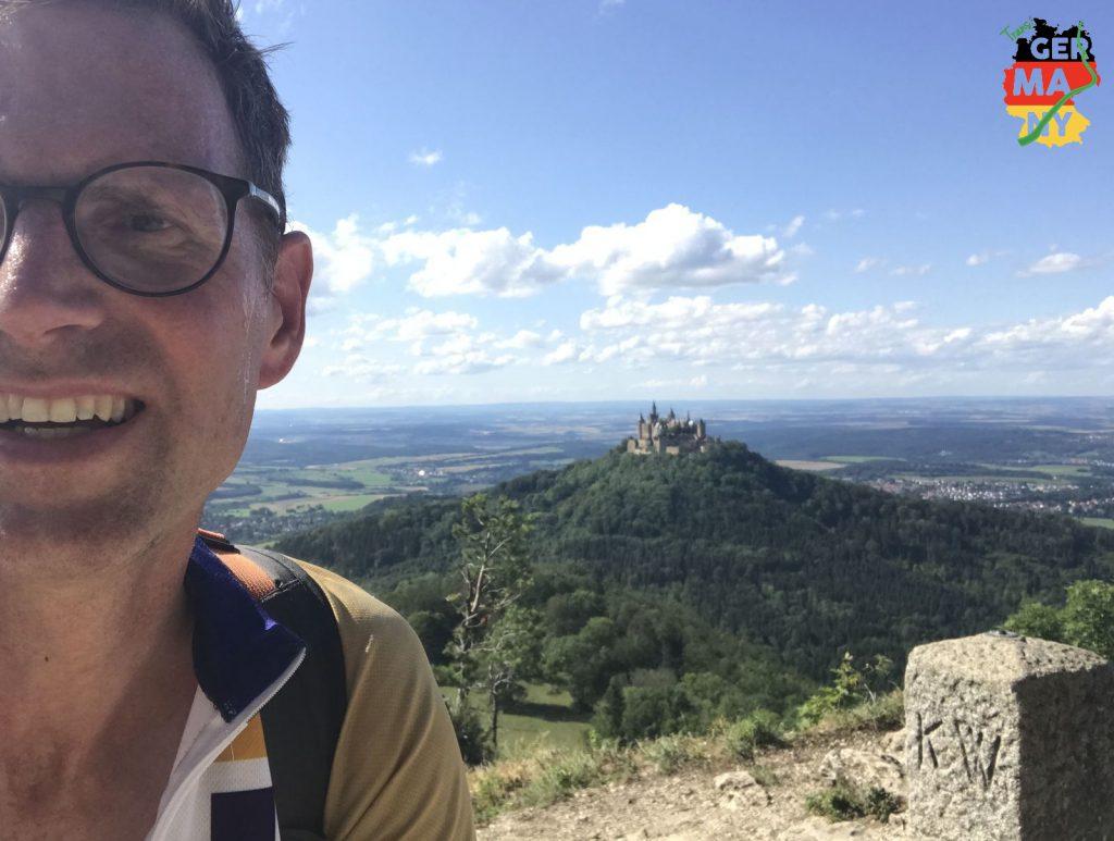Zeller Horn ist erreicht, Checkpoint 1. Freier Blick auf Burg Hohenzollern.