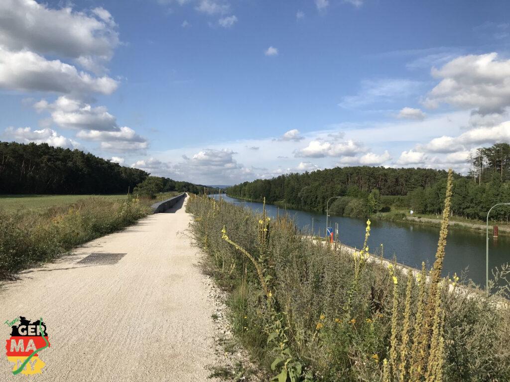 Kurzer Abstecher zum Bikeshop für Ergo-Griffe, und dann über Trails zum Main-Donau-Kanal.