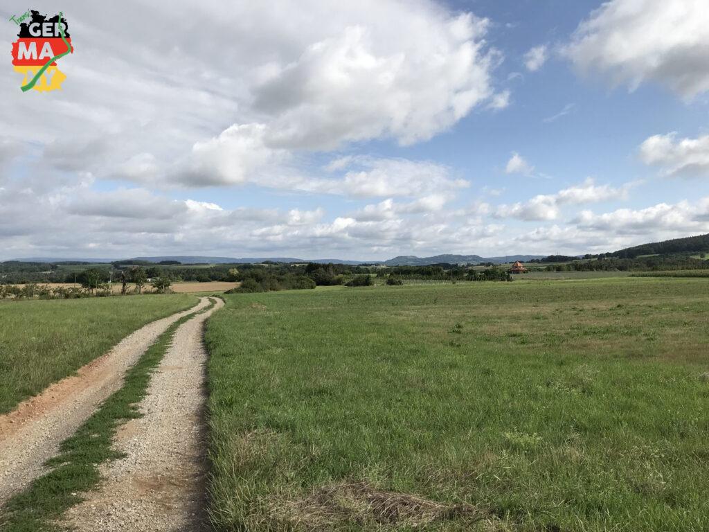 Die ersten Kilometer: Eine entspannte Mischung aus Feldwegen, kürzeren Trails und tollen Blicken in leicht hügeligem Gelände.