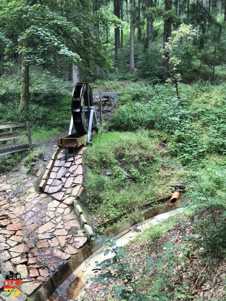 Dann aber: Regen. Frühe Pause, und danach entlang des Kielfloßgrabens bequem mit 1% Steigung bergauf. Vor 400 Jahren waren es Holzscheite für die Industrie-Öfen, die im Flößergraben talabwärts trieben.