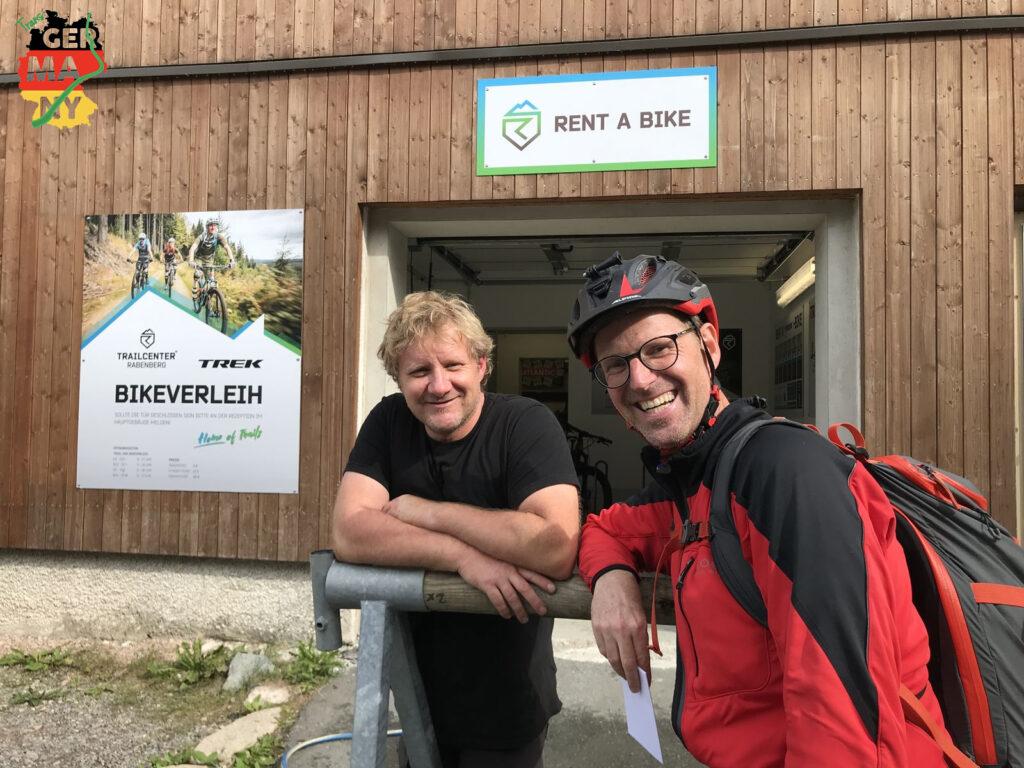 ... Trailcenter Rabenberg. Erfahrungsaustausch mit Bikepacker und Trailbauer Marco, und dann absatteln.