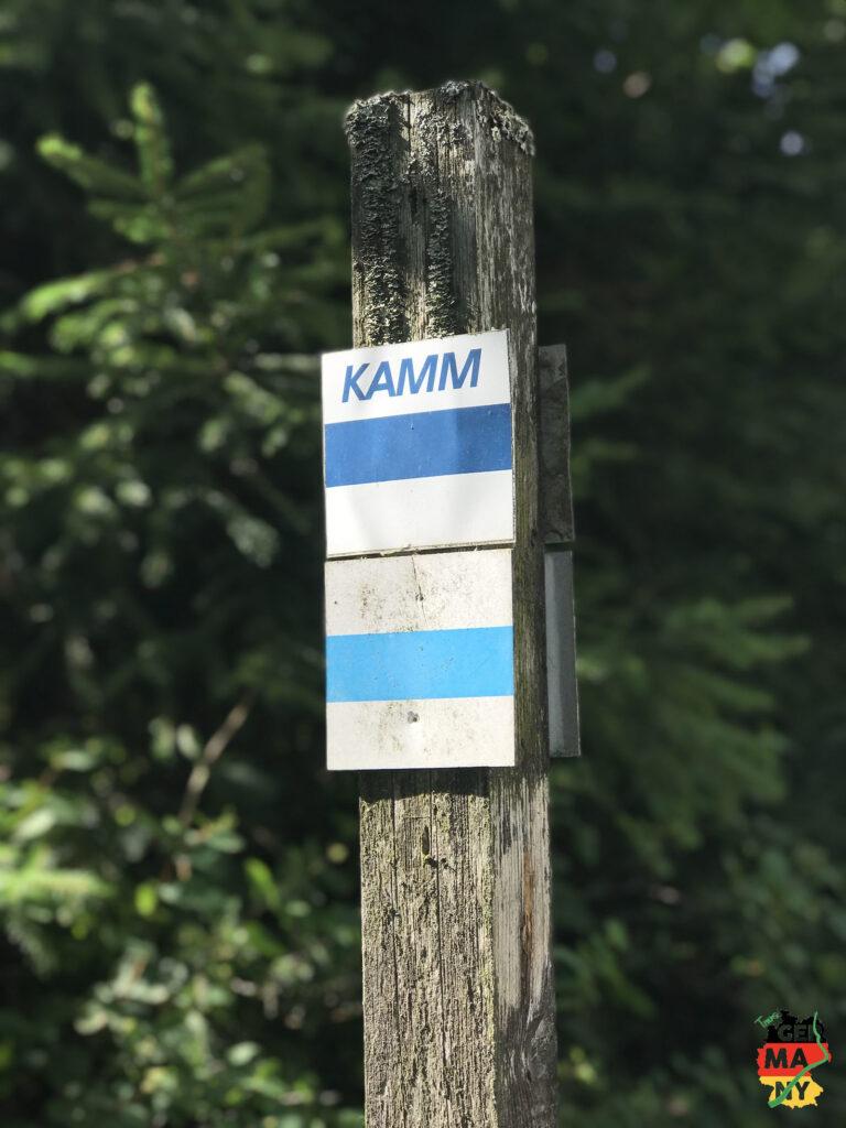 Wie gestern folge ich über Kilometer dem Kammweg auf beiden Seiten der Grenze. Tolle Ausblicke inklusive.