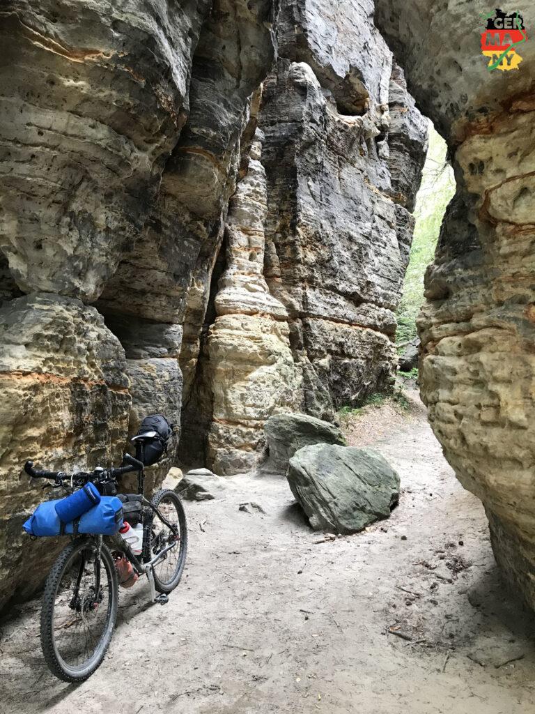 Dann endlich die ersten Trails, sandig bei Adolfov, und die ersten Sandsteinfelsen bei Tisa.