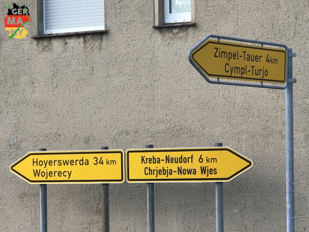 Überraschend: Zweisprachige Ortsschilder, die geografische Region gehört teilweise zu Polen.