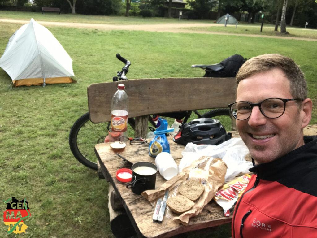 Trocken! Ich genieße den Komfort der Picknick Bank beim Frühstück.