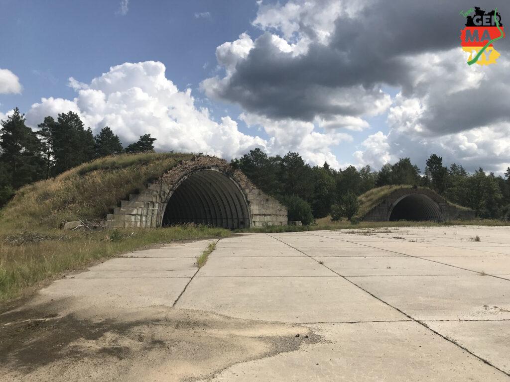Weiter über sandige Wege zum Checkpunkt 5: Hangar Neu-Dölln.