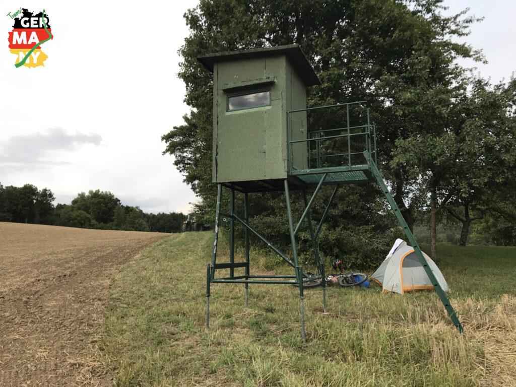 Ruhig bis der Bauer kommt und einen mobilen Hochsitz neben mein Zelt stellt. Wildschweine plündern seit Tagen die Maisfelder. Ich verspreche, sie zu dokumentieren.